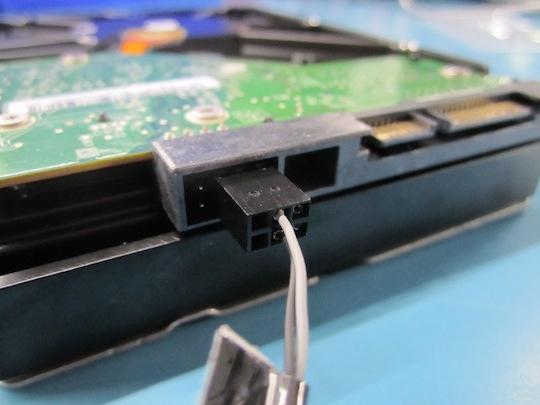 Genau so muss der Sensor an die neue HDD angeschlossen werden