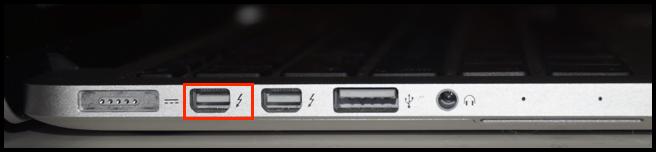 Zwei Thunderbolt-2-Anschlüsse an einem Apple MacBook Pro 2018