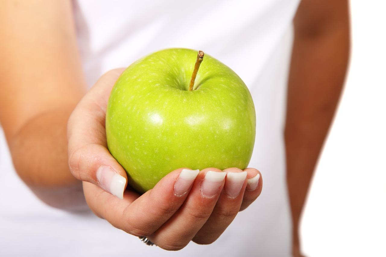Eine Frau mit einem Apfel, grün