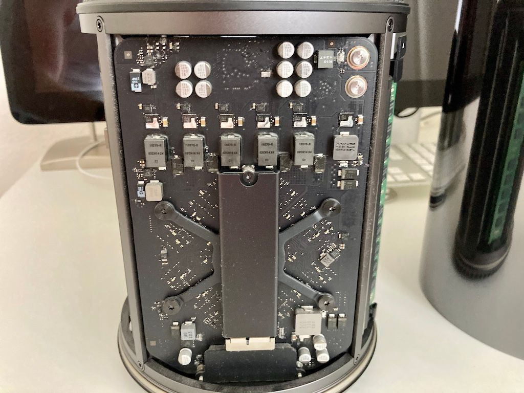 Original Apple SSD in MacPro6,1 (C) thahipster.de