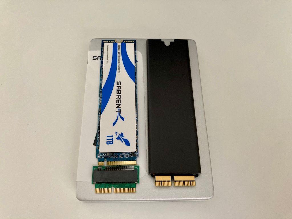 Beide SSD neben einander, rechts Apple SSD, links Sabrent mit QNine Adapter (C) thahipster.de
